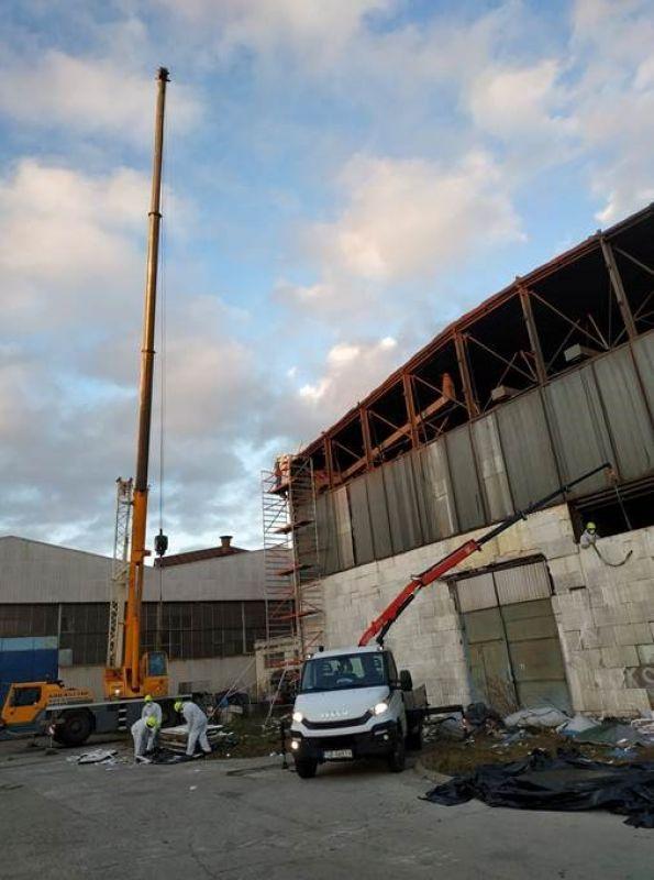 Program Oczyszczania Kraju z Azbestu realizowany jest w Polsce już od ponad 10 lat, ale zabudowań, w których skład wchodzą materiały zawierające azbest, jest jeszcze mnóstwo. Zarządcy hal przemysłowych, produkcyjnych i magazynowych z okolic Warszawy co raz częściej zgłaszają się do nas w związku z planowaną modernizacją swoich budynków. W ostatnim czasie nasi pracownicy zrealizowali demontaż płyt azbestowych z elewacji hali magazynowej. Budynek znajdował się w bliskiej odległości od miasta Warszawa. Usuwanie wyrobów zawierających azbest z hali trwało 3 dni robocze, a masa odpadów zawierających azbest wytworzonych w trakcie prac, wyniosła prawie 18 ton. Demontaż płyt azbestowych był tylko jednym z etapów kompleksowej usługi, jaką świadczyliśmy dla naszego Klienta. Po zakończeniu demontażu, odpady azbestowe zostały przetransportowane na składowisko odpadów azbestowych, gdzie zostały przekazane do unieszkodliwienia.