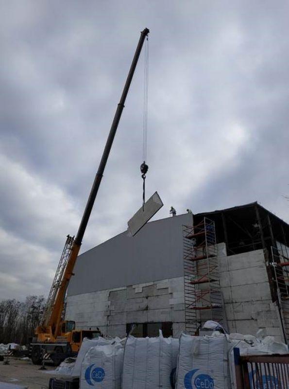Jednym z ostatnich zleceń w minionym roku była rozbiórka hali produkcyjnej w pobliżu miasta Warszawa. Zakres prac obejmował m.in. demontaż wyrobów zawierających azbest tj. ścian wykonanych z płyt azbestowych PW3/A. Wytworzone odpady zawierające azbest zostały przetransportowane na składowisko odpadów azbestowych i przekazane do unieszkodliwienia. Łączna masa odpadów zawierających azbest przekraczała 34 tony. Demontaż płyt azbestowych prowadzony przez naszą firmę zawsze odbywa się z należytą starannością, przy zachowaniu obowiązujących przepisów. W przypadku prac obejmujących demontaż płyt azbestowych PW3/A na w/w nieruchomości, po uprzątnięciu terenu, zostały dodatkowo przeprowadzone badania laboratoryjne na zawartość respirabilnych włókien azbestu w powietrzu, a ich wyniki potwierdziły prawidłowość przeprowadzonych przez nas prac.