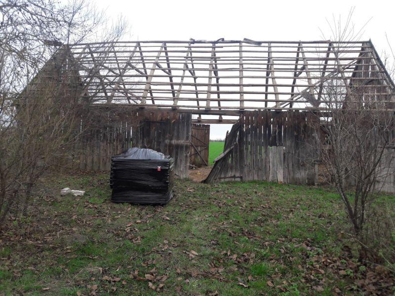 Jesienią mieliśmy okazję odwiedzić okolice gminy Wiązowna, gdzie realizowaliśmy usuwanie azbestu ze stodoły przeznaczonej do rozbiórki. Właściciel budynku zlecił nam demontaż eternitu z dachu, a we własnym zakresie podjął się rozbiórki pozostałych elementów obiektu. Demontaż azbestu i spakowanie go zgodnie z przepisami zajęło nam blisko 6 godzin. Odpady azbestowe zostały przetransportowane z nieruchomości w pobliżu gminy Wiązowna prosto na składowisko odpadów azbestowych.