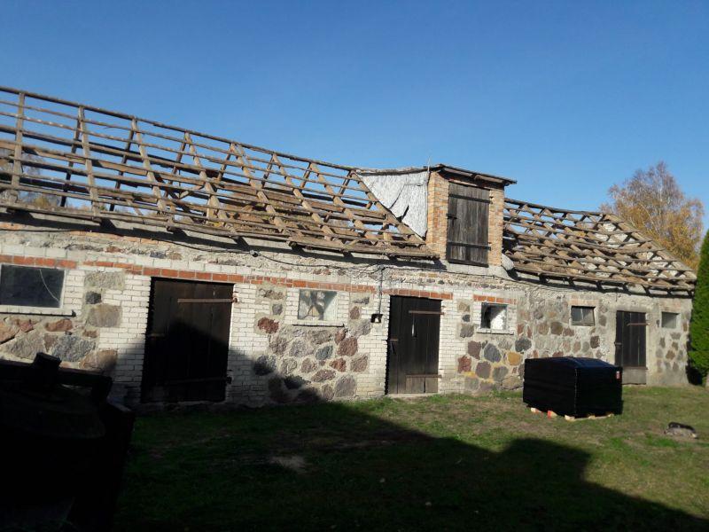 W zeszłym roku zgłosił się do nas mieszkaniec z okolicy wsi Jabłonna w związku z planowaną modernizacją swojego budynku gospodarczego. Na dachu budynku znajdowały się płyty azbestowo-cementowe faliste. Demontaż azbestu z obiektu trwał zaledwie kilka godzin. Masa wytworzonych odpadów azbestowych wyniosła niecałe 4 tony. Po zakończeniu prac demontażowych eternitu, powstałe odpady tj. materiały budowlane zawierające azbest, zostały przekazane na składowisko odpadów azbestowych celem unieszkodliwienia. Po zakończeniu usługi Klient otrzymał od nas komplet dokumentów niezbędnych do uzyskania dofinansowania na usuwanie eternitu, co świadczy o prawidłowości wykonania zleconych nam prac, obejmujących usuwanie azbestu z budynku w okolicy miejscowości Jabłonna