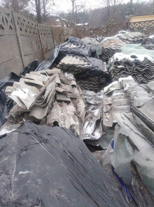 Piaseczno to miejscowość, z której początkiem roku wykonywaliśmy odbiór odpadów zawierających azbest. Na jednej z posesji znajdowały się zarówno całe płyty azbestowo-cementowe faliste poukładane na paletach, jak i połamane płyty eternitowe. Zadaniem naszych pracowników było przygotowanie odpadów zawierających azbest do transportu poprzez szczelne opakowanie w folię polietylenową oraz zabezpieczenie czarną folią stretch. Połamane odpady azbestowe zostały spakowane w szczelnie zabezpieczone worki typu Big-Bag, a następnie zastreczowane. W ten sposób przygotowane materiały budowlane zawierające azbest przetransportowano z Piaseczna na składowisko odpadów azbestowych celem unieszkodliwienia.