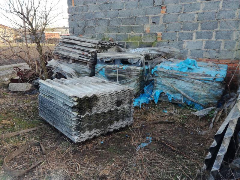 Ożarów Mazowiecki i okolice to rejon, na terenie którego bardzo często wykonujemy zlecenia obejmujące usuwanie eternitu. Pod koniec roku świadczyliśmy usługi usuwania azbestu z nieruchomości, znajdującej się w niedalekiej odległości od miejscowości Ożarów Mazowiecki. Odpady azbestowe w postaci płyt azbestowo-cementowych falistych nie były przygotowane do transportu. W pierwszej kolejności nasi pracownicy zabezpieczyli odpady zawierające azbest zgodnie z obowiązującymi przepisami, a dopiero później odbył się transport eternitu na składowisko materiałów zawierających azbest.