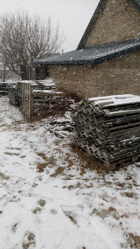 Nasza firma świadczy usługi w zakresie usuwania wyrobów zawierających azbest przez cały rok. Również w okresie zimowym otrzymujemy wiele zleceń na odbiór, transport i unieszkodliwienie eternitu. W minionym roku nasi Klienci zlecili nam usuwanie azbestu z okolic gminy Piaseczno. Jednak zakresy naszych usług w sezonie zimowym to nie tylko odbiór odpadów azbestowych. Zwracają się do nas także Klienci, którzy zlecają nam demontaż eternitu ze ścian budynku lub demontaż płyt azbestowych z dachu. Jeśli tylko warunki atmosferyczne pozwalają na prowadzenie tego typu prac, realizujemy zlecenia bez względu na porę roku.