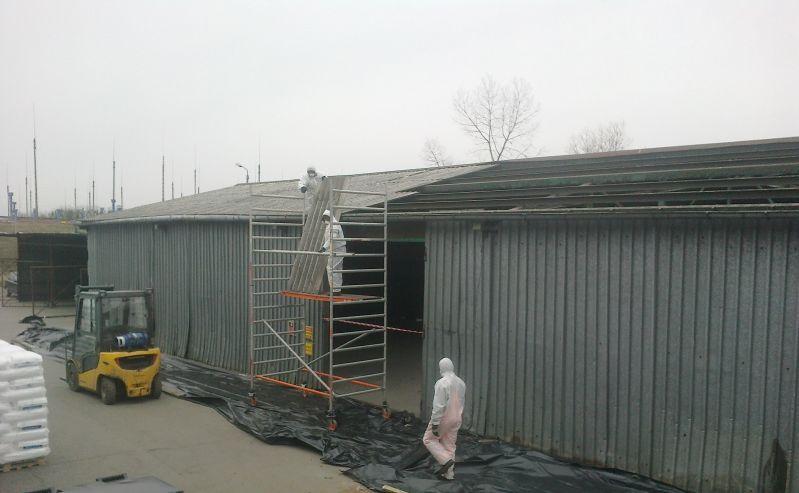 W związku ze szkodliwym działaniem wyrobów zawierających azbest co raz więcej zarządców budynków przemysłowych oraz hal decyduje się na modernizację  swoich obiektów, poprzez usuwanie materiałów zawierających azbest. W ubiegłym roku nasza firma przeprowadzała prace, których celem był demontaż eternitu tj. płyt azbestowo-cementowych falistych z dachu budynku hali magazynowej w okolicach miejscowości Legionowo. Szkodliwe odpady, w których skład wchodził azbest, zostały zabezpieczone, a następnie nasi pracownicy wykonali odbiór eternitu. Finalnie odpady azbestowe trafiły na składowisko odpadów azbestowych.