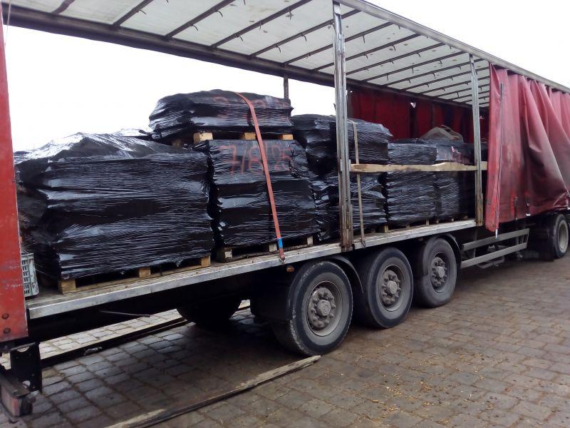 W ubiegłym roku nasza firma obsługiwała wiele gmin z województwa mazowieckiego, podpisując z nimi umowy na usuwanie azbestu. Realizując umowę, ustalaliśmy z każdym z mieszkańców dogodny dla niego termin. W zaplanowanym terminie odbywał się demontaż eternitu lub sam odbiór eternitu uprzednio zeskładowanego na posesji. Materiały zawierające azbest były ładowane na samochody ciężarowe i transportowane na składowisko azbestu.
