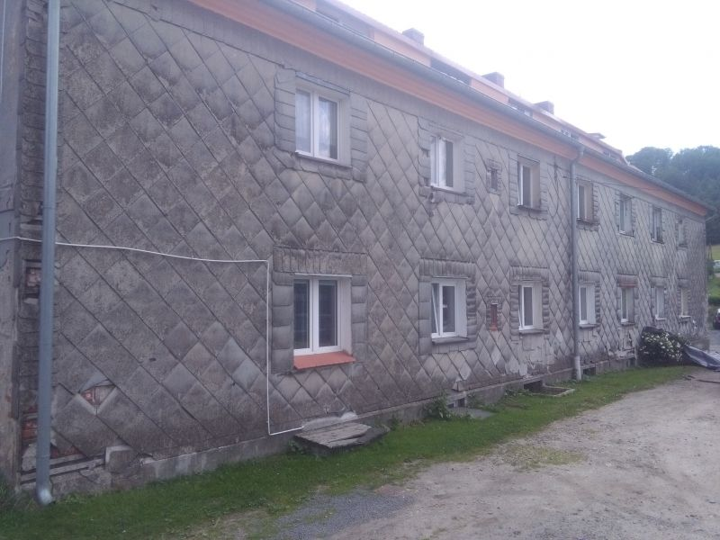 Codziennie wykonujemy usługi obejmujące demontaż azbestu z dachu lub elewacji. W minionym roku nasza firma wykonywała m.in. demontaż eternitu z elewacji budynku mieszkalnego położonego w okolicach miejscowości Ożarów Mazowiecki. Spakowane i przekazanie do unieszkodliwienia płyty azbestowo-cementowe płaskie ważyły ponad dwie tony. Zabezpieczone odpady azbestowe zostały unieszkodliwione na składowisku azbestu. Odbiór eternitu z posesji naszego Klienta został wykonany zaraz po zakończeniu demontażu.