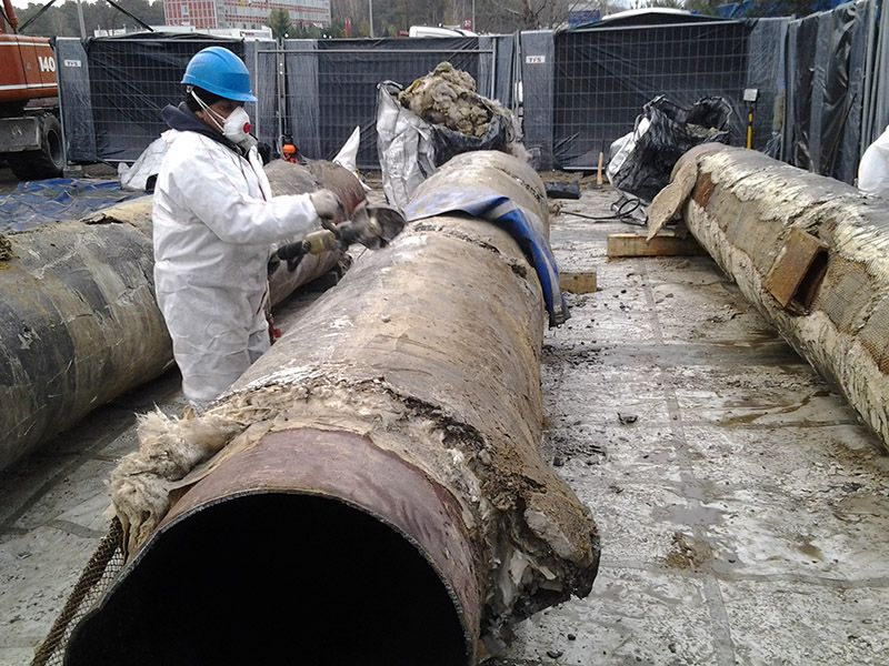 W trakcie modernizacji ciepłociągu w miejscowości Warszawa zlecono nam demontaż otuliny azbestowej z rur ciepłowniczych. Nasza brygada wykonywała usuwanie termoizolacji azbestowej z rur, które zastępowano nowymi. Zdemontowana termoizolacja azbestowa pakowana była do worków typu big-bag, które następnie zostały szczelnie zabezpieczane przed ewentualną emisją włókien azbestu do atmosfery. Prawidłowo zabezpieczone i oznakowane odpady azbestowe zostały przekazane do unieszkodliwienia. Transport odpadów azbestowych odbywał się bezpośrednio z terenu prowadzonych prac na składowisko azbestu.
