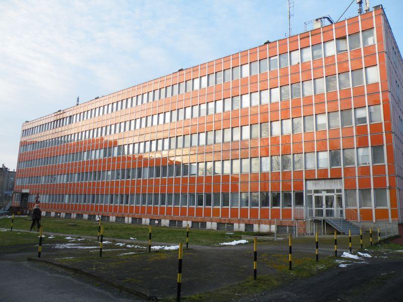 Nasza firma wielokrotnie realizowała zlecenia, których przedmiotem była rozbiórka budynków typu LIPSK. Jednym z etapów rozbiórki budynku typu LIPSK jest usuwanie wyrobów zawierających azbest. Budynek typu Lipsk w Warszawie został przeznaczony do modernizacji. Prace obejmujące demontaż materiałów zawierających azbest, wykonywane były przy zachowaniu szczególnej ostrożności, a dodatkowo przed, w trakcie, jak i po zakończeniu prac, zostały przeprowadzone badania laboratoryjne na zawartość respirabilnych włókien azbestu w powietrzu. Materiały zawierające azbest, pochodzące z rozbiórki budynku typu LIPSK, zostały zabezpieczone, a następnie wykonaliśmy odbiór odpadów azbestowych z terenu budowy na składowisko azbestu.