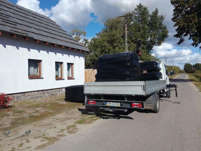 Nasza firma dostaje bardzo dużo zleceń na usuwanie odpadów azbestowych. Wiosną tego roku, w sąsiedztwie miejscowości Sulejówek, zlecono nam usuwanie płyt azbestowo-cementowych, które zalegały na terenie prywatnej posesji. Odbiór eternitu z posesji, gdzie kilka lat wcześniej wykonano demontaż azbestu, odbywał się za pomocą samochodu ciężarowego z żurawiem. Odpady azbestowe zostały przetransportowane z terenu posesji Klienta na składowisko azbestu, a teren nieruchomości został dokładnie oczyszczony z pyłu azbestowego.