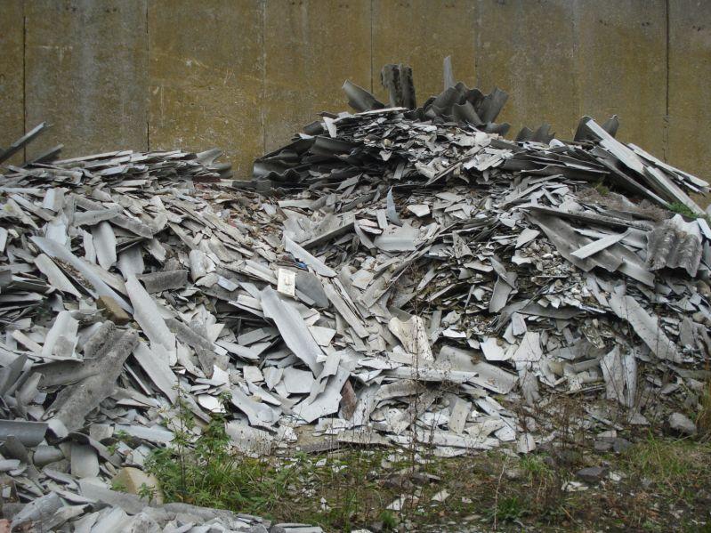 Nielegalne wysypiska, na których zalegają odpady zawierające azbest, stanowią problem w wielu miejscowościach. Co roku otrzymujemy wiele zleceń na usuwanie dzikich wysypisk odpadów zawierających azbest. Połamane i pokruszone płyty eternitowe oraz inne odpady zawierające azbest, to duże zagrożenie dla środowiska oraz zdrowia i życia okolicznych mieszkańców. Nasi pracownicy to profesjonaliści, dlatego usuwanie azbestu wykonywane przez naszą firmę odbywa się w bezpieczny sposób, a teren prac pozostawiamy wolnym od azbestu.
