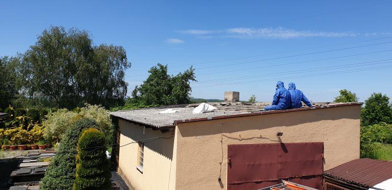 Wiosną tego roku w okolicach gminy Izabelin nasza trzyosobowa brygada wykonała demontaż płyt azbestowo-cementowych falistych z dachu budynku gospodarczego. W celu ograniczenia zagrożenia przed szkodliwym działaniem pyłu azbestowego, teren prac został zabezpieczony przed dostępem osób postronnych. Zgodnie z wszelkimi procedurami, zdemontowane materiały budowlane zawierające azbest, zostały ułożone na palety, owinięte czarną folią i oznakowane etykietą